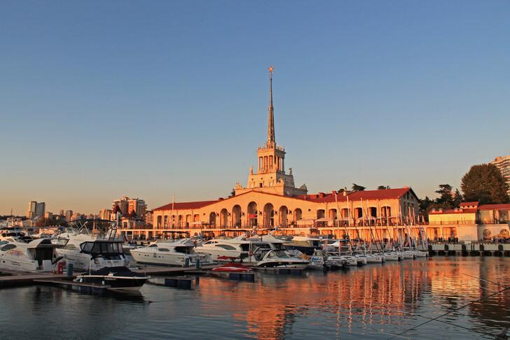 Прогулка по Историческому бульвару начинается от Морского вокзала Сочи