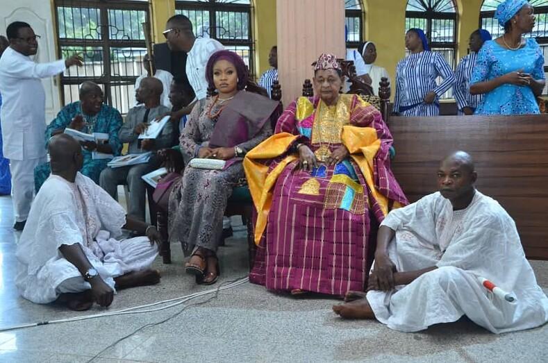 Король Нигерии и горем: его здоровью остается только позавидовать, в 81 у него 13 жен