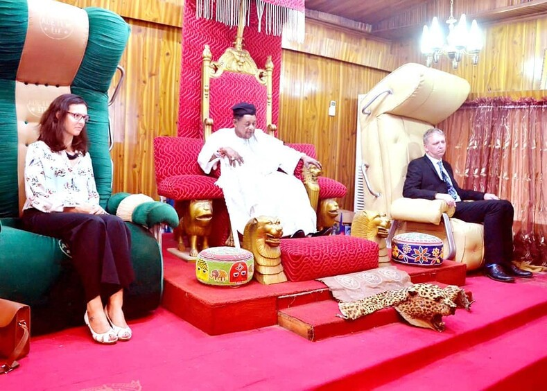 Король Нигерии и гарем его здоровью остается только позавидовать, в 81 у него 13 жен