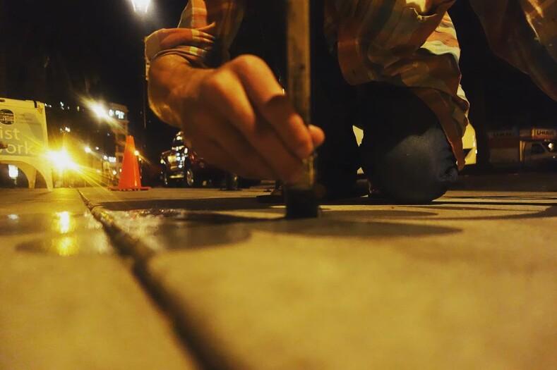 Его тени не исчезают в полдень калифорнийский художник подделал тени от предметов на улице, получилось забавно