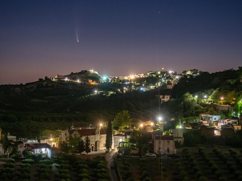 Парень сделал предложение девушке на фоне пролетающей кометы, которую можно увидеть раз в 6 800 лет (трогательные фото)