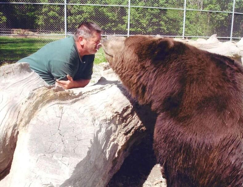 Жизнь с медведями: семья спасает осиротевших медвежат и относится к ним, как к своим детям