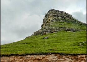 А это гора, похожая на нос корабля, ну прямо сейчас по склону мелькнет всадник без головы!