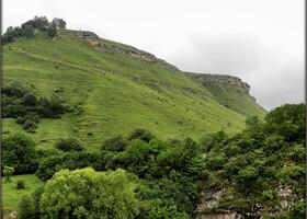 А дальше окружающая нас красота по нарастающей: бархатные изумрудные горы в ту поездку меня очаровали. До этого я нигде аналогичных не видела.