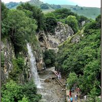 Медовым водопадом можно любоваться с разных точек ущелья.