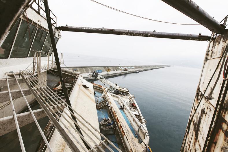 Фотограф вплавь добрался до затонувшего корабля и сделал страшные снимки внутри лайнера, поднятого со дна моря