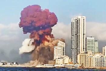Мощнейший взрыв прогремел в Бейруте: город наполовину разрушен, пострадали тысячи человек