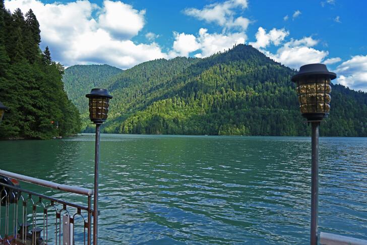 Вид на озеро Рица от дачи Сталина