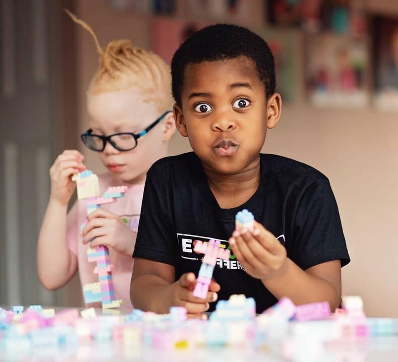 Близнецы с разным цветом кожи в роддоме мать из Нигерии подумала, что ей дают чужого ребенка
