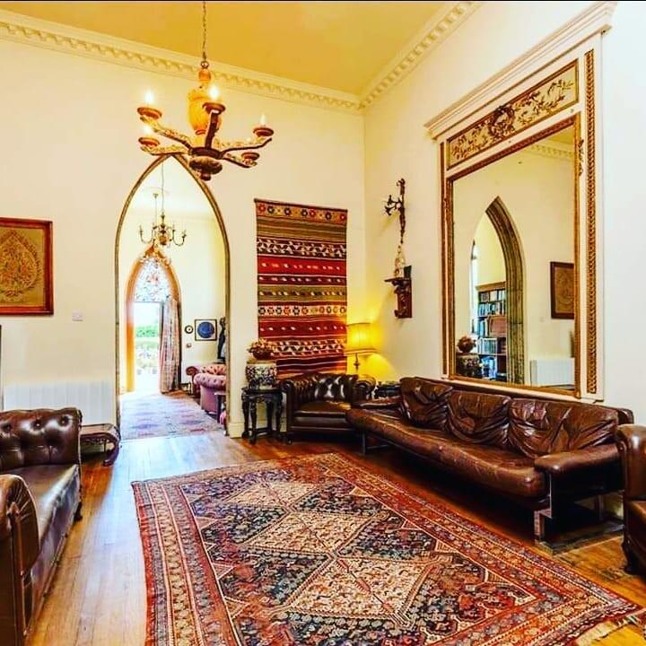 Дом с 4-мя спальнями и 330 ступенями продают за 2,5 миллиона фунтов стерлингов: что предлагают за такие деньги