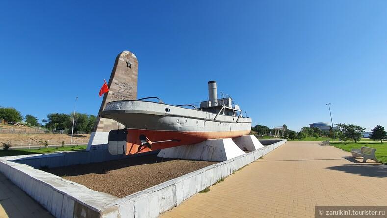 Памятник пожарному катеру Гаситель в Волгограде