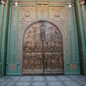Великолепные ворота с изображениями древнерусских воинов.