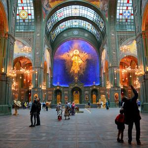 """Заходим в храм, и первое, что привлекает внимание это огромная,  в золоте,  фигура """"Христос Воскресший"""" на фоне сине-черного неба."""