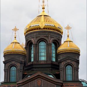 Я поднялась повыше ан лестницу, чтобы получше рассмотреть купола.Всего храм имеет шесть куполов, из которых четыре одинаковых, каждый из которых весом в 34 тонны, центральный самый большой и один — на звоннице.