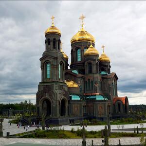 Храм построен в русско-византийском стиле и поражает своим величием и монументальностью.