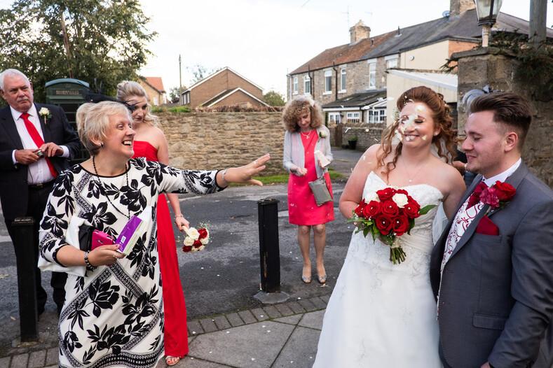Фотограф делает честные снимки свадеб по всему миру: никакого гламура бардак, нелепые ситуации и смешные лица