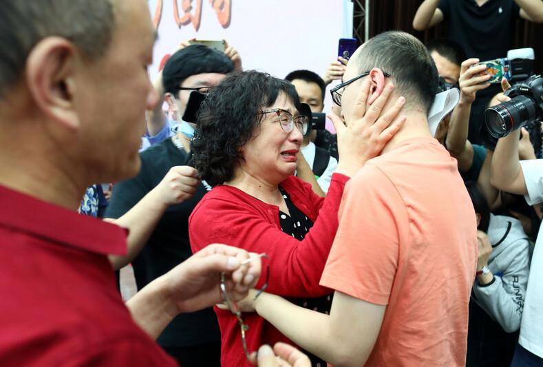 Родители нашли похищенного сына спустя 32 года благодаря технологии распознавания лиц: фото долгожданной встречи, на которой плакали все