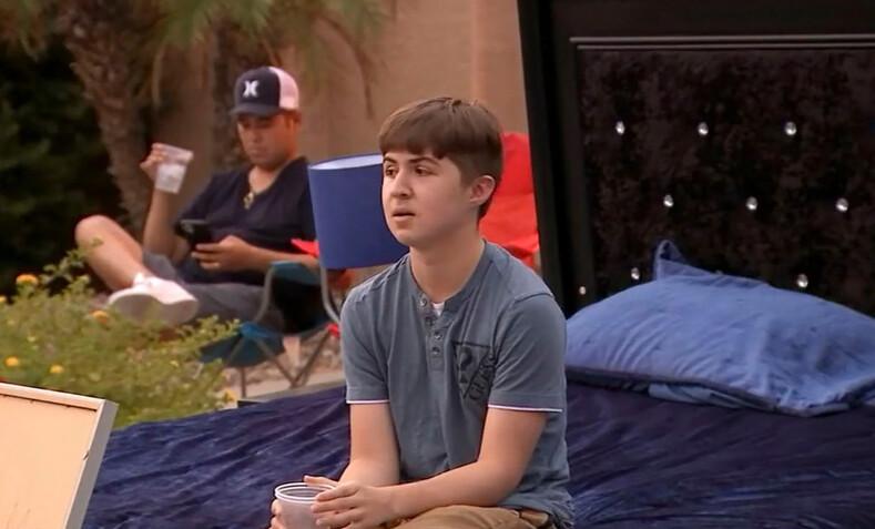 Подросток взял без спроса родительский Range Rover и поплатился за это своими вещами. Сейчас он спит на полу, но зато усвоил урок