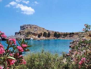 В Греции из-за коронавируса сократили график работы баров и ресторанов