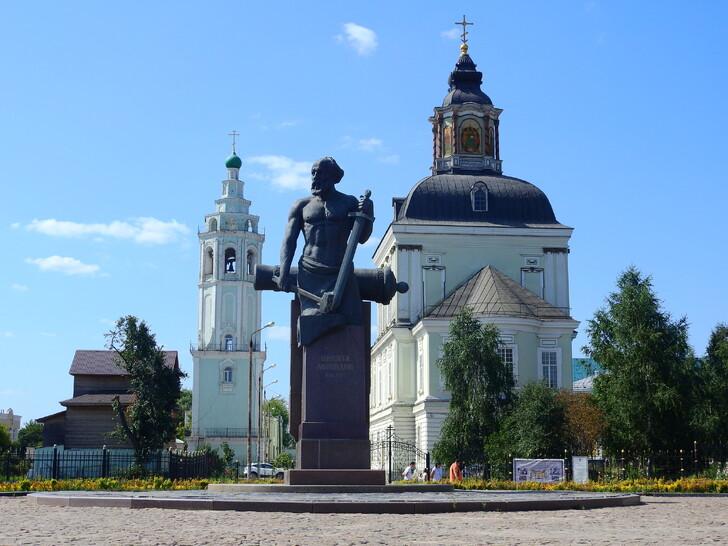 Памятник Н. Демидову перед Николо-Зарецким храмом