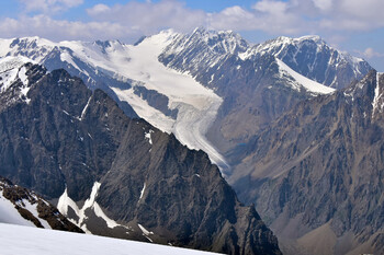 На Алтае туристка упала в расщелину ледника