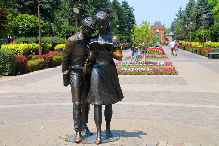 Памятник «Шурик и Лидочка»