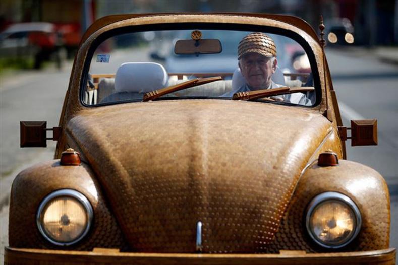 Тюнинг 100 уровня мужчина потратил два года и 51 000 деталей, чтобы создать деревянный автомобиль (на этой машине он гоняет по городу)