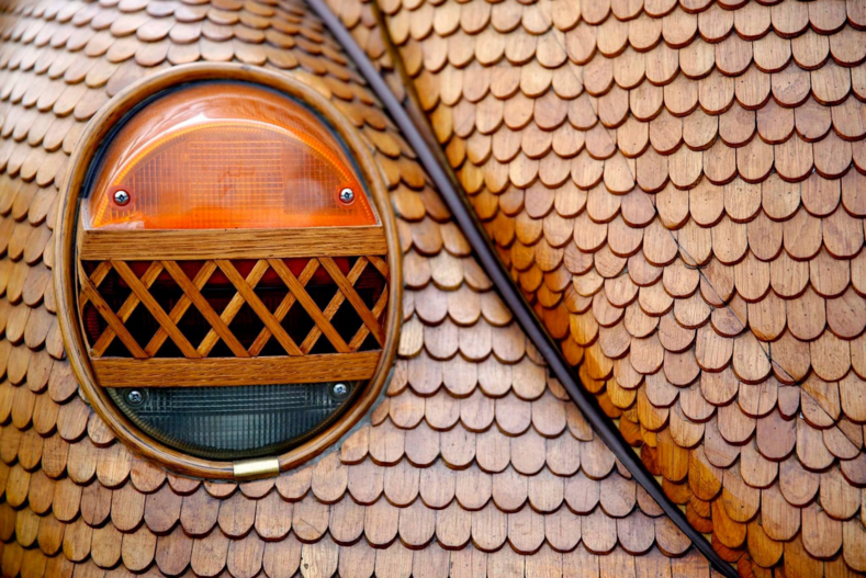 Тюнинг 100 уровня: мужчина потратил два года и 51 000 деталей, чтобы создать деревянный автомобиль (на этой машине он гоняет по городу)