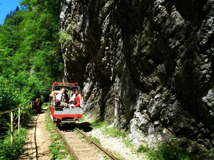Туристический поезд в Гуамском ущелье