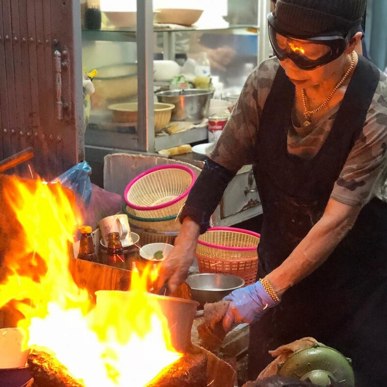 Эта бабуля дает жару: обычная тайская забегаловка приносит своей хозяйке по 10000 долларов в день