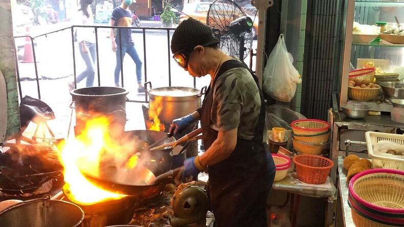 Эта бабуля дает жару обычная тайская забегаловка приносит своей хозяйке по 10000 долларов в день