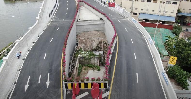 Упрямство или жадность? женщина отказалась уезжать из своего дома даже после того, как вокруг него построили скоростное шоссе