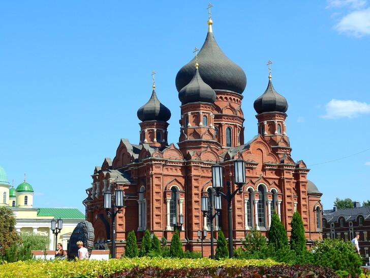 Кафедральный Успенский собор на площади Ленина