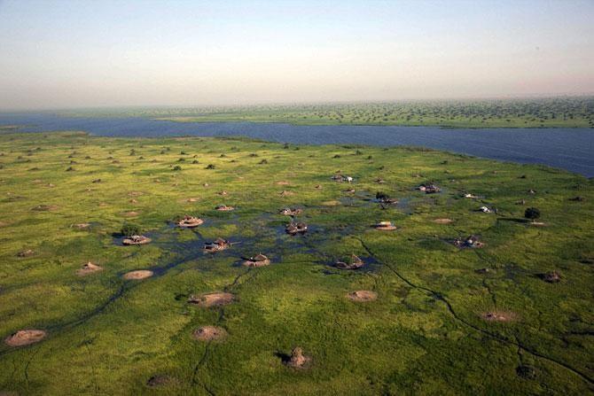 Болотные жители поселения нилотов на самом крупном болоте Африки