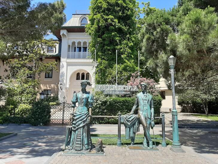 Памятник Даме с собачкой и отель Вилла София