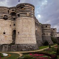 В IX веке епископат Анжера позволил графам Анжуйским построить в городе замок. В XII веке эта территория вошла в состав континентальных земель Англии, управляемая в то время династией Плантагенетов. В 1204 году французский король Филипп II - свекр Бланки Кастильской отвоевал графство Анжу у англичан.