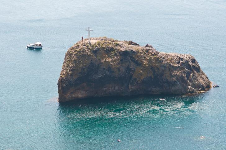 Крест на острове у Свято-Георгиевского монастыря на мысе Фиолент