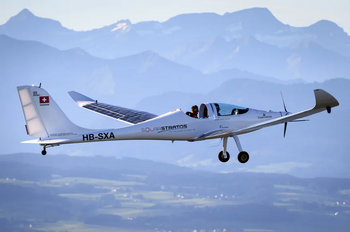 Швейцарский пилот впервые в мире совершил прыжок с парашютом с самолёта на солнечных батареях