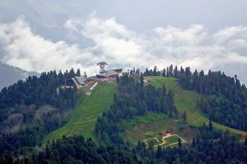 В горах Сочи аварийно сел частный вертолёт с туристами
