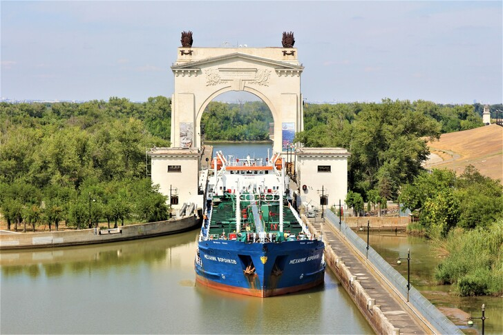 Арка первого шлюза Волго-Донского судоходного канала