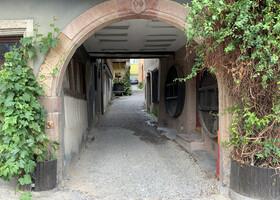 Вход во двор дома 18 века, характерный для виноградного региона - первый этаж каменный, остальное - фахверковое.