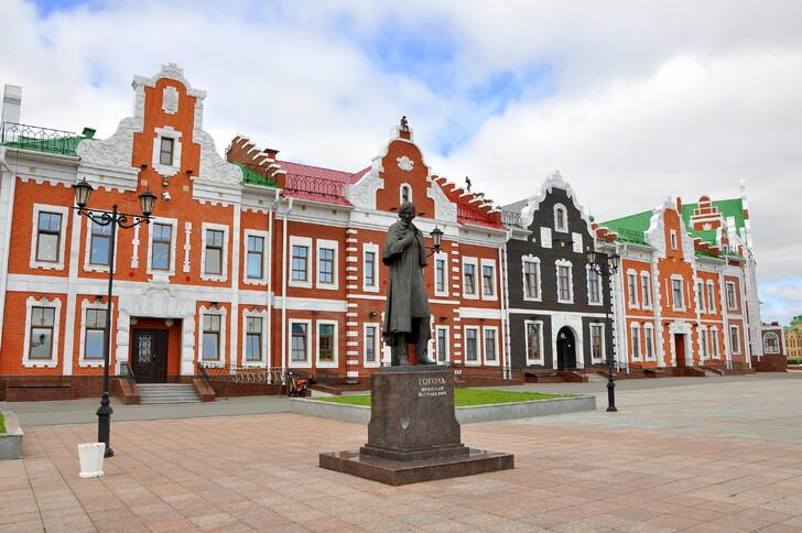 Памятник Гоголю на набережной Амстердам