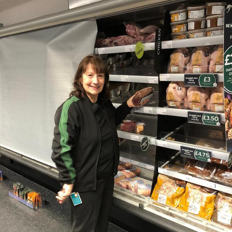 Женщина 25 лет назад стала мультимиллионером, но до сих пор продолжает работать продавцом в супермаркете (удивительная история и фото)