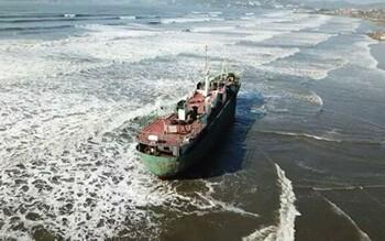 В Приморье во время тайфуна «Майсак» на берег выбросило «корабль-призрак»