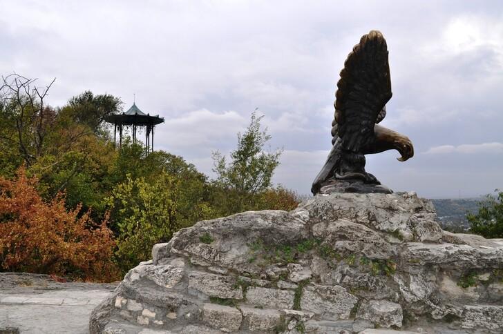 Скульптура орла и Китайская беседка на горе Горячей