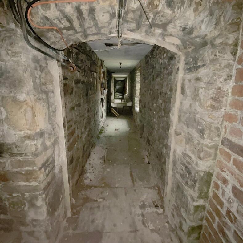 Исследователь побывал в заброшенном особняке Коко Шанель, который находился под замком долгие годы (фото некогда роскошного дома и сохранившихся вещей)