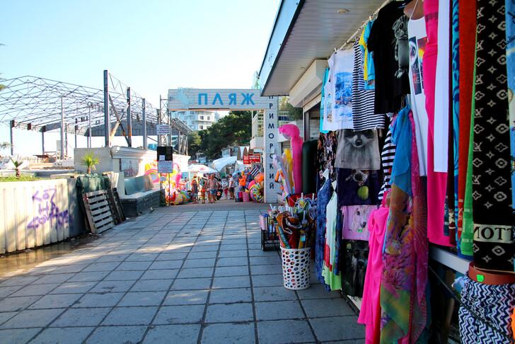 Магазины на набережной Ялты