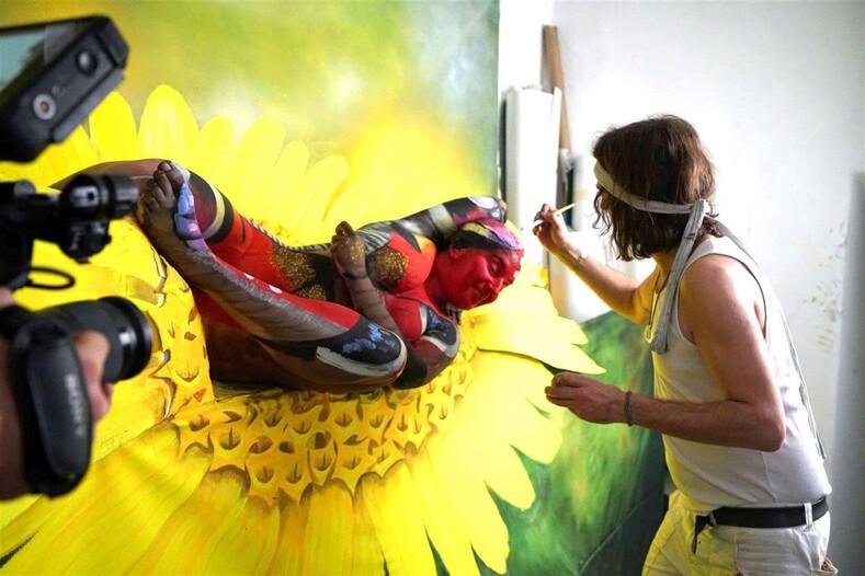 На этом фото не лягушка, а пять девушек: невероятные работы художника боди-арта, создающего картины из людей