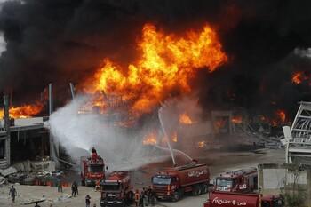 В порту Бейрута бушует сильный пожар