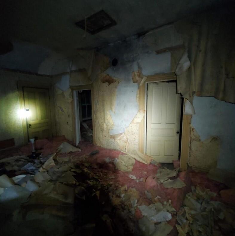 Мужчина забрался на чердак своего нового дома и обнаружил там тайное жилище, как из фильмов ужасов
